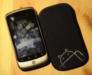 Nexus One mit Fingerabdrücken und Neoprenhülle
